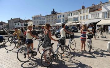 Les touristes font du vélo et se promennent sur le port et au marché du port de La Flotte. Tourisme sur l'île de Ré. Le 16 08 2011. PHOTO XAVIER LEOTY - Leoty Xavier ( port ) 20130830_photo_A1-9676825
